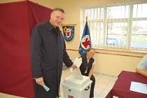 V pátek dorazil do volební místnosti v Bezděkově i lídr kandidátky KSČM Karel Šidlo.