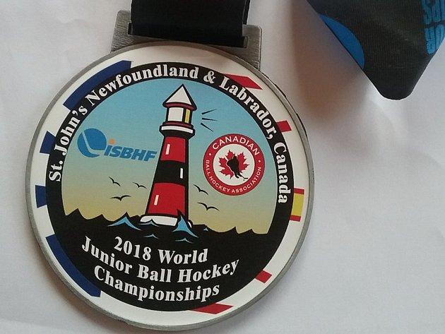 MS vhokejbalu U18 vkanadském St. John's: stříbrná medaile Nicholase Kaňáka.