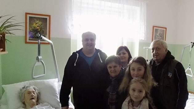 Marie Palusková s rodinou v den svých 95. narozenin.