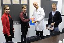 Tisícího zaměstnance Jakuba Vobroučka (druhý zleva), přivítali vedoucí personálního oddělení Martina Vyčichlová a jednatelé Roland Dimbath (druhý zprava) a Václav Nováček.