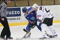 Jeden z hrdinů zápasu Ondřej Steiner (v bílém) v souboji s hráčem Klášterce.