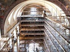 Opravy jezuitského kostela v Klatovech.