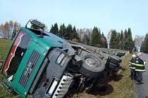 Dopravní nehoda kamionu u Prášil