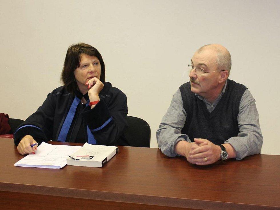 Obžalovaný Pavel Šponiar se svou advokátkou Jitkou Fišerovou u klatovského soudu.