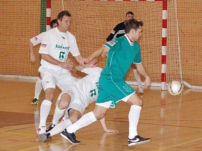 Futsalisté Tullamore Dew Klatovy (zelené dresy) podlehli v utkání třináctého  kola  celostátní ligy svým hostů z SC Premium Stonava po poločase 1:2 nakonec 1:3