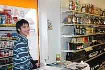 V tomto obchodě v Janovicích nad Úhlavou zabavili celníci podezřelé lahve