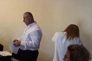 David Charazischwili a jeho manželka, která se stále před fotoaparátem otáčela,u klatovského soudu.