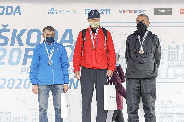 Zdeněk Rus na pódiu za 2.místo na půlmaratonu vPlzni.