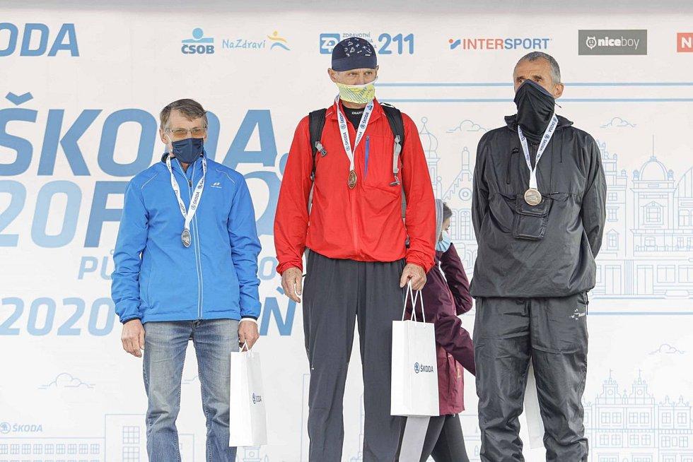 Zdeněk Rus na pódiu za 2. místo na půlmaratonu v Plzni.