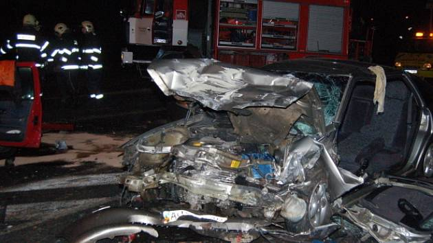 Tři lidé zemřeli a další tři lidé byli zraněni v úterý před půlnocí při nehodě v Lubech