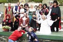 V Lesním divadle Nýrsko se to jen hemží čerty a dalšími postavami z Drdových Dalskabátů (snímek je z představení pro školy)