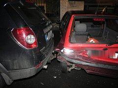 Opilý mladík poškodil v Klatovech pět aut včetně svého.