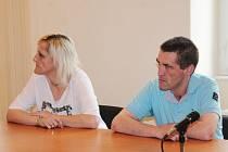 Vladimíra Turečková a Martin Benetka u klatovského soudu.
