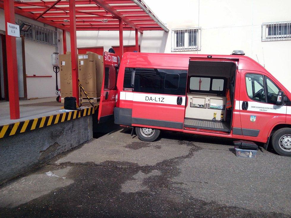 Převoz potřebných plicních ventilátorů do Sušické nemocnice.