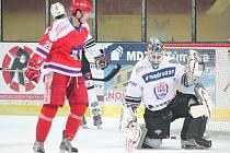 Hokej II. liga: SHC Klatovy (v bílém) - HC Pelhřimov 2:4.