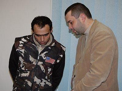 Marian Guman, který se na snímku radí se svým obhájcem Jakubem Steidlem, dorazil ke klatovskému soudu pozdě a ještě bez dokladů. Soudce proto musel líčení o hodinu odročit.