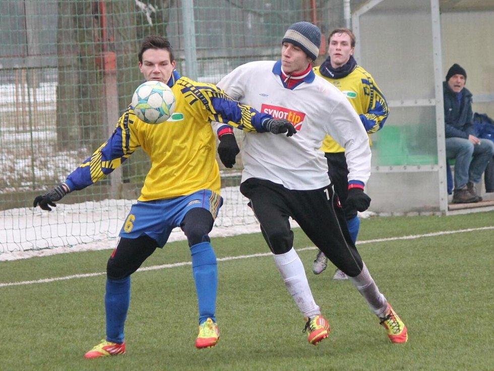 Zimní turnaj mužů v Sušici: Sušice (ve žlutém) - Horažďovice 1:1.