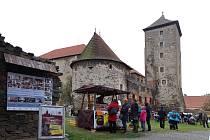 Jarmark na vodním hradě Švihov nabídl přehlídku originálních řemeslných produktů, tradiční pochutiny i program a dílny pro děti. Zájemci si mohli hrad prohlédnout při komentovaných prohlídkách nebo navštívit výstavu o pohádce Tři oříšky pro Popelku.