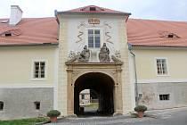 Opravený vchod do zámku v Červeném Poříčí.