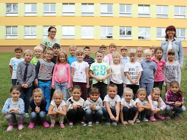 Žáci 1.B ze ZŠ Klatovy, Tolstého střídní učitelkou Jarmilou Paimovou (vlevo) a asistentkou Hanou Nohelovou.