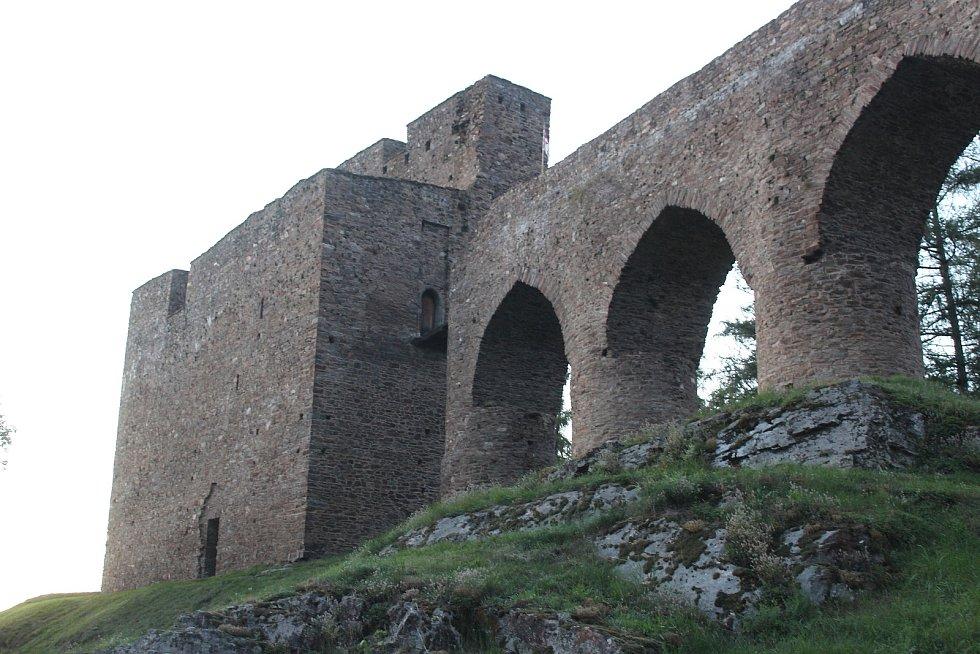 Věž Putna a kamenný most.