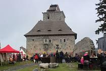 Oživené nádvoří hradu Kašperk.
