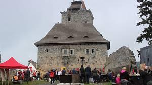Oživené nádvoří hradu Kašperk