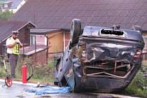 Pravotočivou zatáčkou před Kocourovem u Mochtína na Klatovsku ve směru od Horažďovic nedokázal v neděli krátce před jedenadvacátou hodinou projet v osobním automobilu Fiat Brava pětadvacetiletý Klatovan.