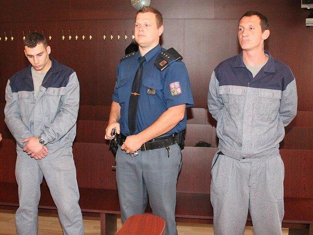 K soudu přivedla Jiřího Polívku (vpravo) a Jiřího Beneše eskorta, oba jsou totiž ve vězení.