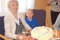 Emílie Turnerová oslavila své 100. narozeniny v rodinném kruhu.