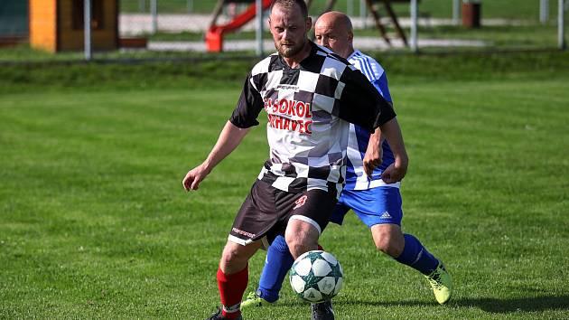 Béčko Vrhavče (na archivním snímku hráč vpředu s míčem) vysoko vyhrálo.