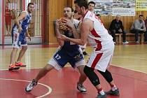 Hráči basketbalové oddílu z Klatov (na archivním snímku hráč v bílém dresu) si z prvního hracího víkendu 2. ligy připsali na venkovních palubovkách vítězství a porážku.