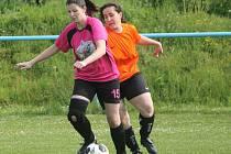 Letní Dívčí amatérská fotbalová liga: Plánice (v oranžovém) - Kobra Stars 0:0.