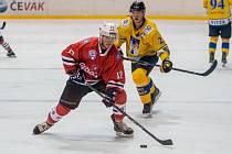 Hokejisté Klatov (na snímku hráč v červeném dresu) po osmigólové výhře v Českých Budějovicích deklasovali dalšího soupeře z jihu Čech. Písek (ve žlutém) doma porazili 6:1.