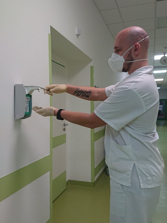 Klatovský voják Vladimír Kecek v přetížené chebské nemocnici. Pro Deník se vyfotil při poslední směně i s kolegou a sestřičkami.