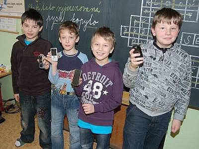 Mobilní telefony vlastní i čtyři žáci ze třídy  3. A ZŠ Klatovy, Plánická ulice. Matyáš Bilíček (druhý zprava) dostal nový mobil k Vánocům.