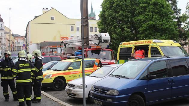 K popálenému muži vyjížděli v neděli 21. května dopoledne hasiči, záchranka i policie.
