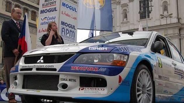 Posádky automobilů odstartovaly v pátek odpoledne na klatovském náměstí.