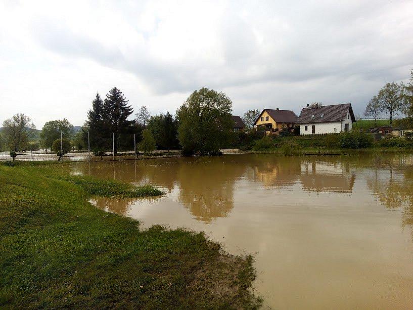 V neděli odpoledne se ve Spůli u Janovic nad Úhlavou vylil potok a zaplavil celou náves.