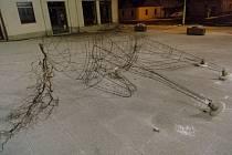 Poškozená plastika koně v Horažďovicích.