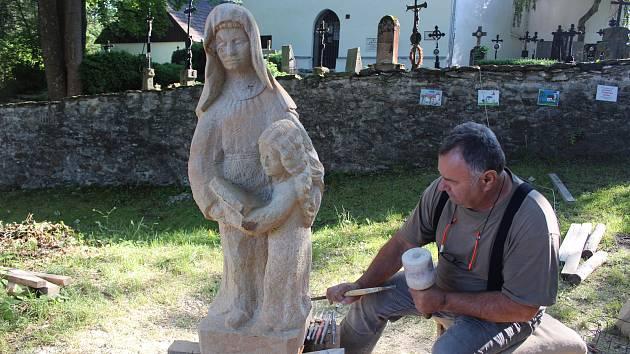Bartoloměj Štěrba při práci na soše sv. Anny.