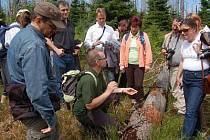 Ministr životního prostředí Ladislav Miko (uprostřed) popisuje účastníkům vycházky na Modrý sloup přirozenou obnovu lesa v bezzásahových zónách národního parku.