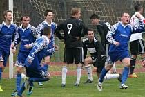Sušičtí fotbalisté (v modrém) se mohou radovat, divizi si zahrají i příští rok.