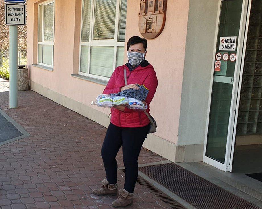 Dobrovolníci ze Sušicka pomáhají s rouškami.