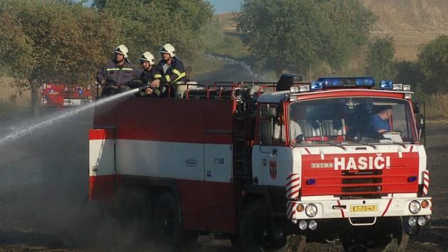 Požár pohltil 1,5 hektaru pole