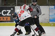 Hokejisté HC Klatovy B (na archivním snímku hráči v bílém) udolali Tachov.