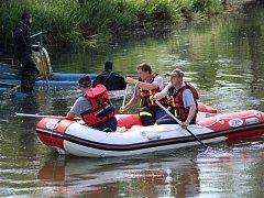 Hasiči a policejní potápěči pátrají v řece Úhlavě nedaleko Klatov po utonulém.