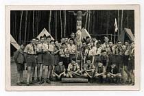 Skupina skautů u Myslívského rybníka v roce 1947.