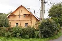 V tomto domě v Obytcích  zasahovalo  policejní komando.