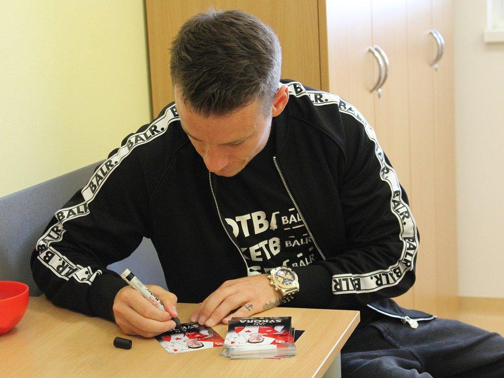 Reprezentant Jan Sýkora předal nemocnici fotolampu.